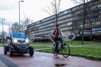 Een zelfrijdende Twizzy op de campus van de TU Delft, foto: Provincie Zuid-Holland