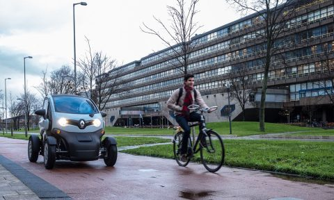 Een zelfrijdende Twizy op de campus van de TU Delft, foto: Provincie Zuid-Holland