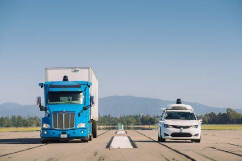 Waymo auto en vrachtwagen. foto Waymo