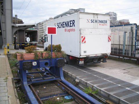 Een vrachtwagen van DB Schenker