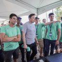 Elon Musk praat met hyperloop-team TU Delft