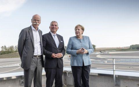 Dieter Zetsche, Thomas Strobl en Angela Merkel. FOTO Daimler